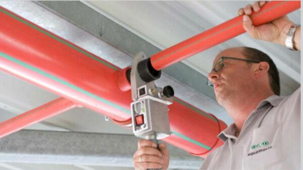 Personal instalando tubos y accesorios PPR